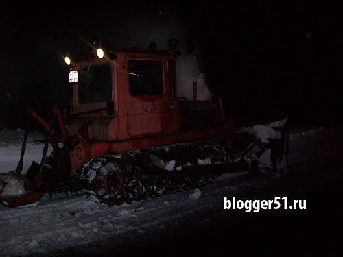 Снегоуборочная техника расчищает завалы у Алёши в Мурманске
