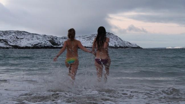 Туристы едут в Норвегию, чтобы искупаться в море