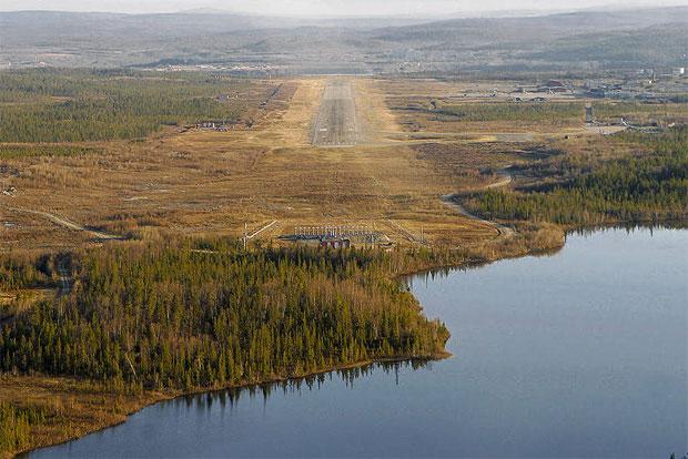 Мурманский аэропорт без света. взлетно-посадочная полоса мурманского аэропорта